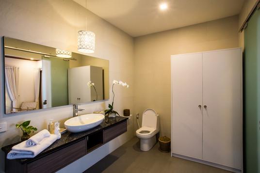 17 ENSUITE BATHROOM MASTER BEDROOM 1C.jp