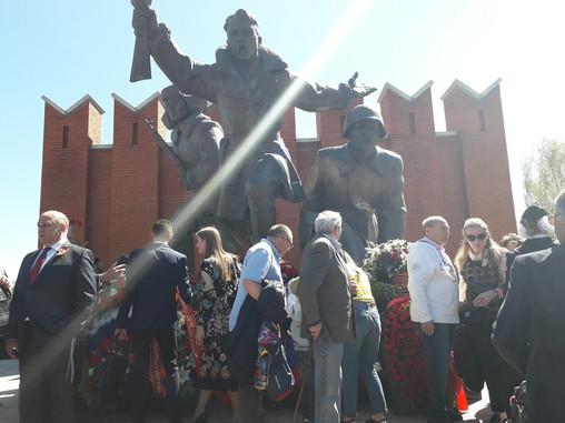 Возложение цветов у памятника воинам-сибирякам