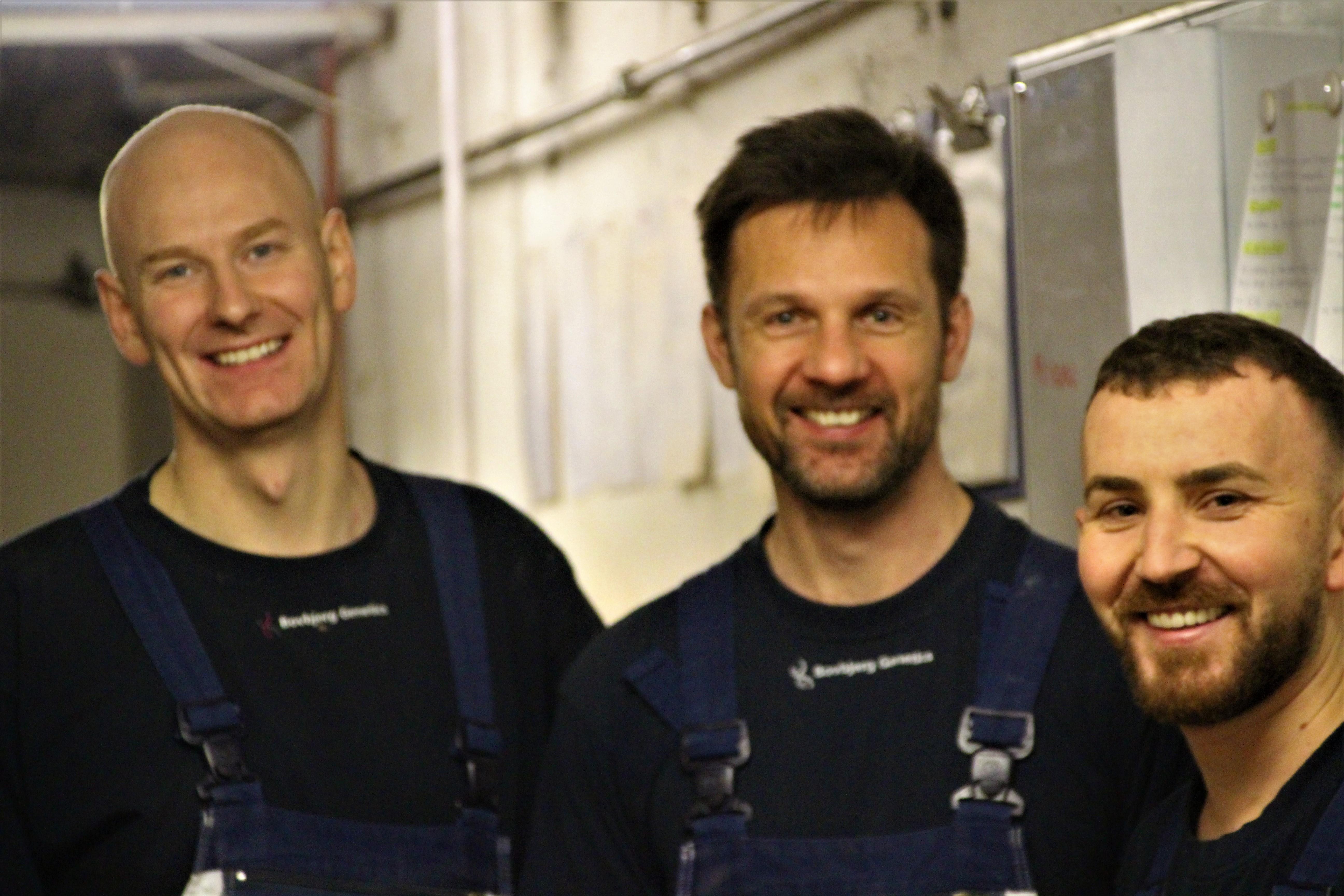 Bogdan, Simon og Martin smiler ved tavle
