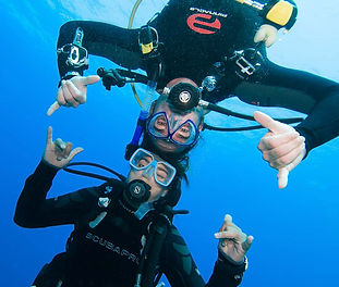 scuba divers practicing buoyancy