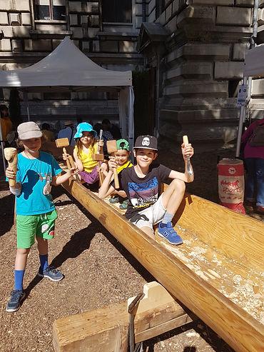 Enfants fiers de leurs outils.jpg