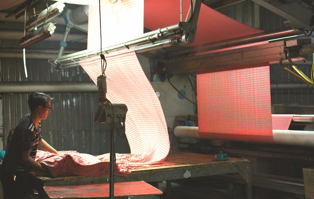 צולם על ידי עתניאל גדז׳,אריזה של בד במפעל צביעה בנינגבו, סין.