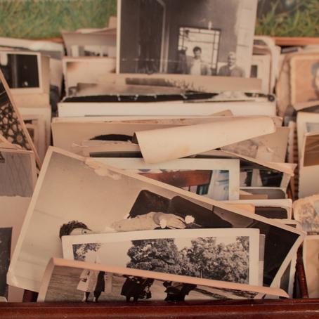 O que são memórias falsas e por que são perigosas na resolução de crimes?
