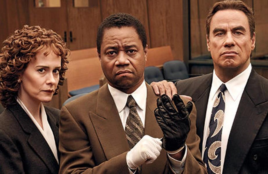 Os atores Sarah Paulson, Cuba Gooding Jr e John Travolta representando Marcia Clark, O.J. Simpson e Robert Shapiro na brilhante série da Netflix