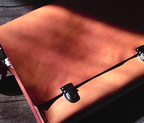Couro escuro Messenger Bag On Wood