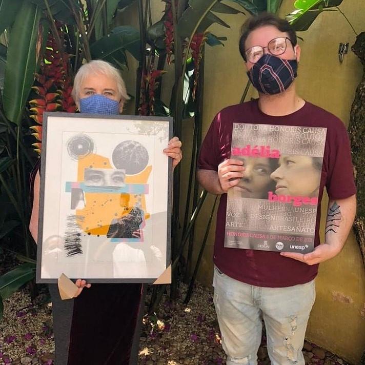 A imagem mostra Lucas Melara e Adélia Borges em entrega de presentes à homenageada.