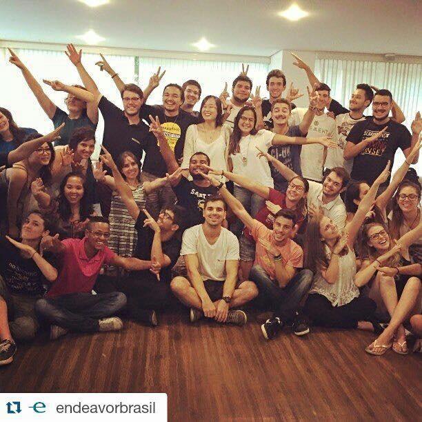 A imagem mostra um grupo de estudantes participando de encontro para formação empreendedora.