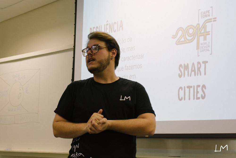 A imagem mostra Lucas Melara palestrando sobre ODS e Smart Cities