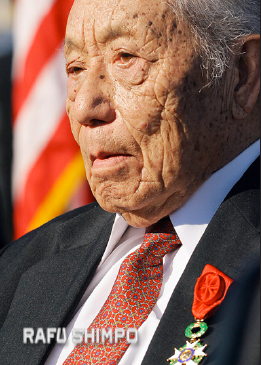 Young Oak Kim receiving the French Legion of Honor in Little Tokyo in 2005. (MARIO G. REYES/Rafu Shimpo)