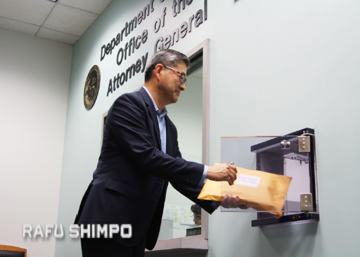 Jonathan Kaji delivers a petition to the Office of the Attorney General in Los Angeles. (NAO NAKAHISHI/Rafu Shimpo(