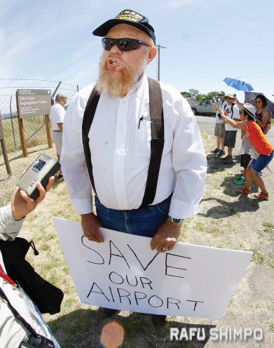 David Misso stood in protest during the interfaith ceremony at the Tule Lake Pilgrimage. (MARIO G. REYES/Rafu Shimpo)