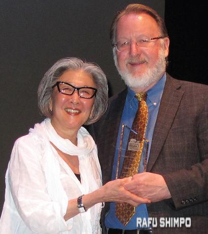 Barbara Takei is presented the National Park Conservation Association's Marjory Stoneman Douglas Award by Ron Sundergill, senior director of the NPCA's Pacific Region Office. (MARIO G. REYES/Rafu Shimpo)