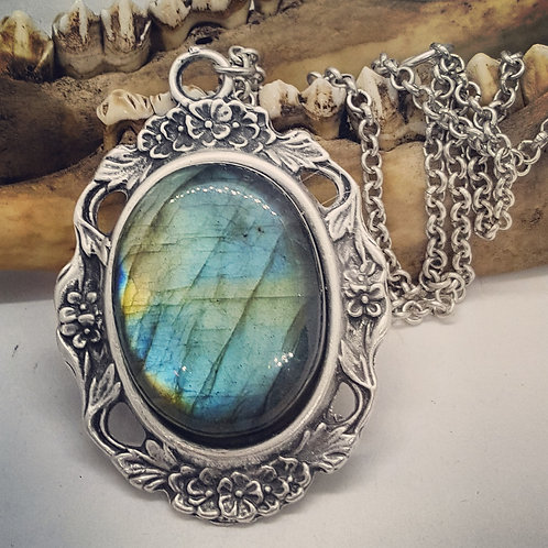 "Large Labradorite on Vintage Style Setting with 22"" Chain"