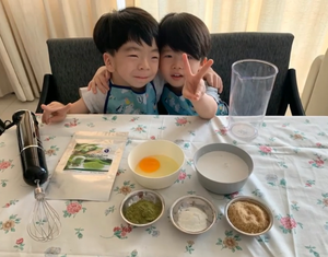 Image of kid cooks Jonah and his brother demonstrating a recipe using Pandan