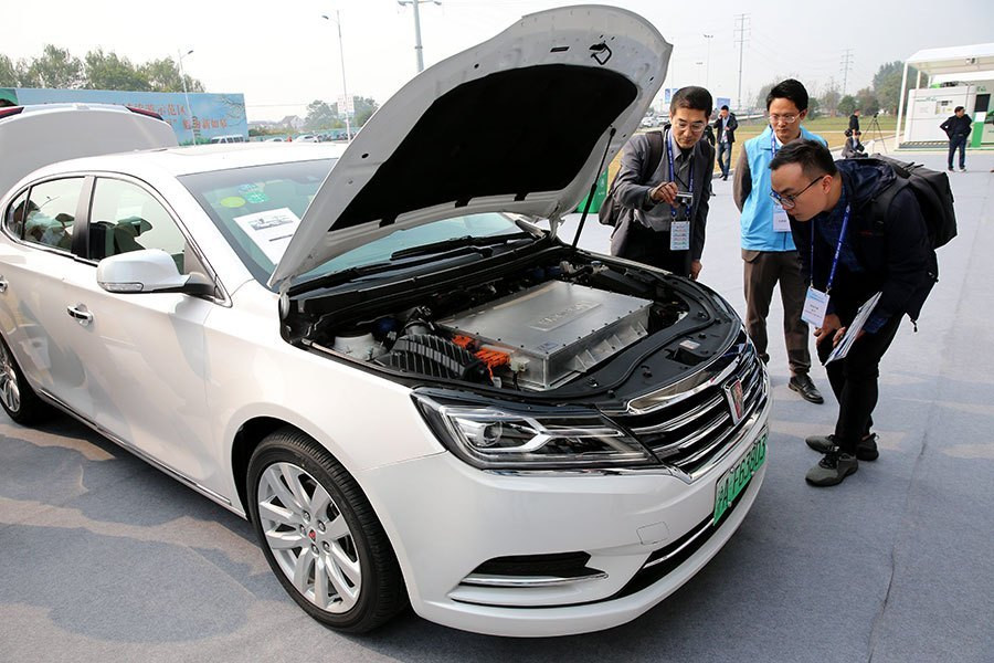Visitors look at a hydrogen energy car, which was displayed during the Third International Hydrogen Fuel Cell Vehicle Congress in Rugao, Jiangsu province, on Oct 23, 2018. [Photo by Xu Congjun / for China Daily] Samso Insights