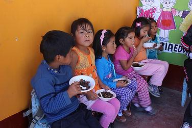 Niños_degustando_el_saltadito_de_sangrec