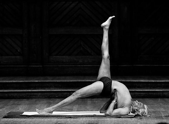Iyengar_bw_Bridge_Pose_one_leg_up_gd_c.j