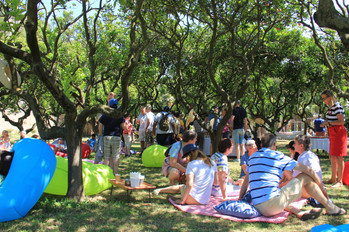 Picknick in de koelte onder de sinaasappelbomen