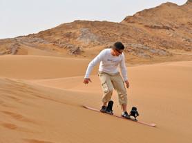 Sand boarding in de Dubai Desert