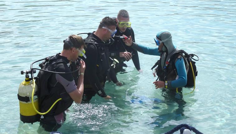 Eerste scuba duik in zee onder begeleiding