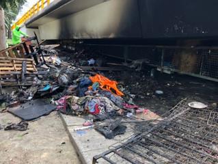 Menores en situación de calle se intoxican en incendio de su refugio bajo puente de Churubusco.