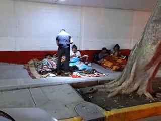 Entrega de alimentos y cobijas en las calles del centro de la CDMX.