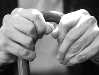 Adultos mayores sufren abandono y discriminación Pbro. Javier Coellar