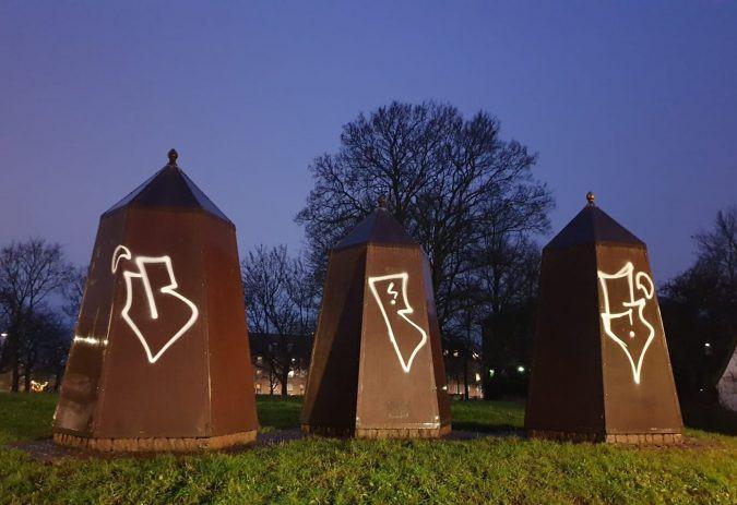 De tre tårne, der i anlægget på Brønshøj Torv står som minde om Københavns (og Brønshøjs) svenske belejring i år 1658 er blevet sprayet til – svinet til - med graffiti.