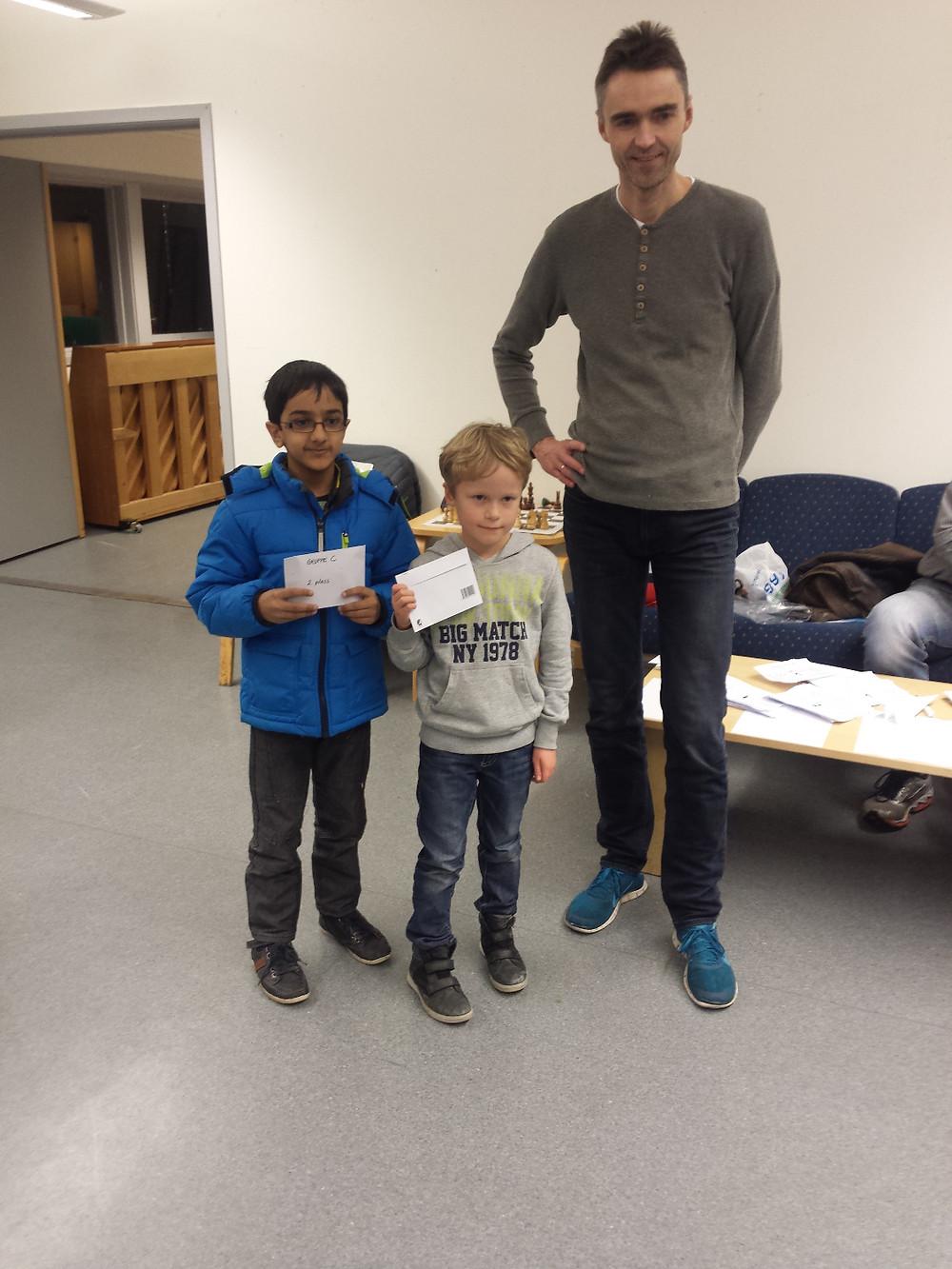 2 og 1. plass i gruppe C. Shazil Shehzad (til venstre) og Aksel Bu Kvaløy, her med formann i SSKU Petter Fossan