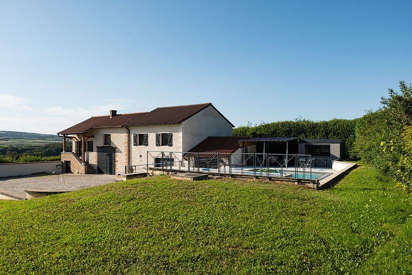 CLUNY : Sur les hauteurs, ensemble immobilier soigné avec vue et piscine.