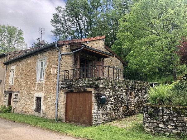 10 min CLUNY : Maison de village avec belle vue dégagée et terrain arboré.