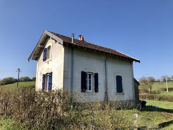 10 min CLUNY : Ancienne maison garde barrière en bord de Voie Verte.