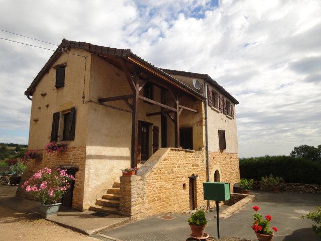 5 min CLUNY : Maison ancienne avec jardin ouvert sur la campagne environnante.