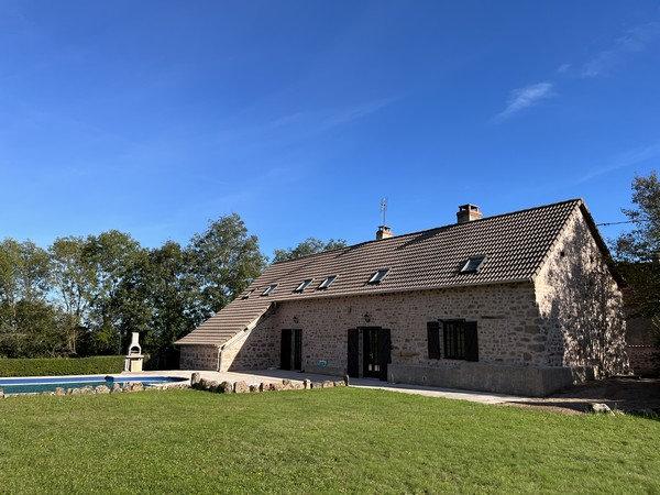 20 min CLUNY : Maison ancienne avec piscine et bel environnement.