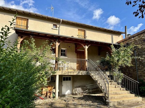 15 min CLUNY : Maison de village en plein cœur du bourg de SAINT-POINT.