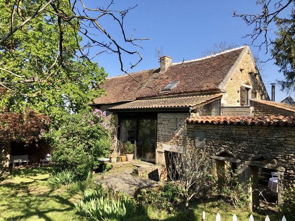 15 min CLUNY: Charmante maison ancienne bénéficiant d'un très bel environnement.