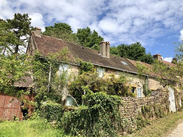 15 min CLUNY : Maison ancienne à réhabiliter située au coeur d'un village prisé.