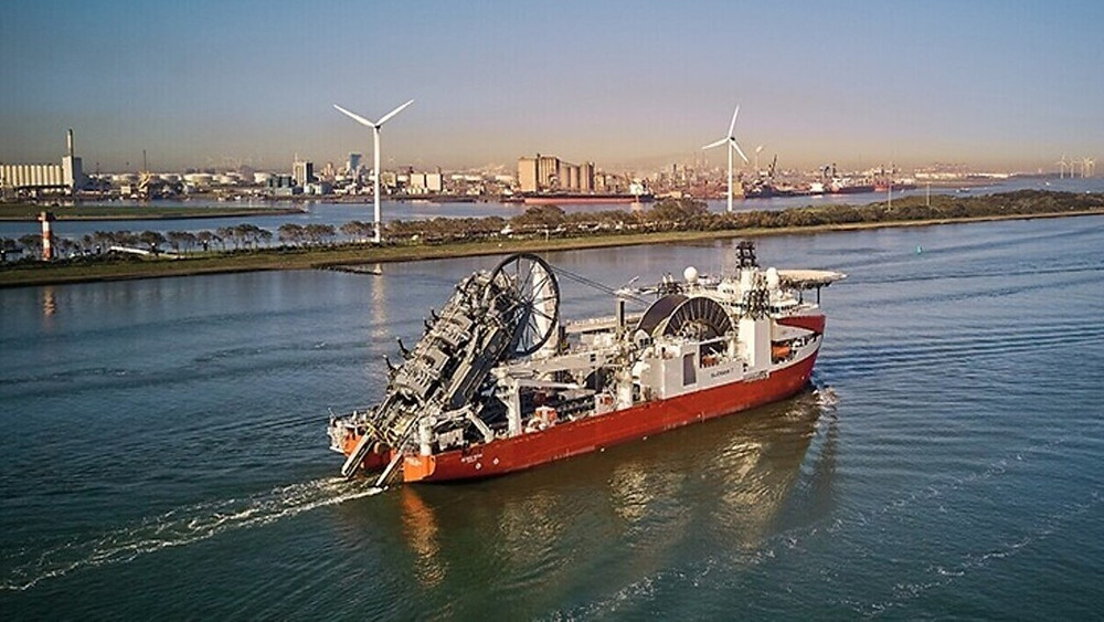 Subsea 7 Pipe lay vessel on the water