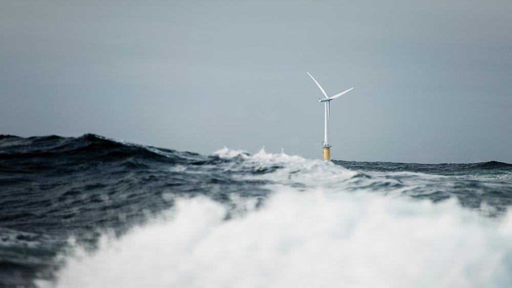 Offshore wind turbine with splashing waves