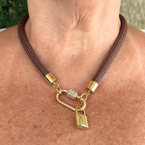 Colar Marrom de Corda Náutica com Pingente de Cadeado Dourado