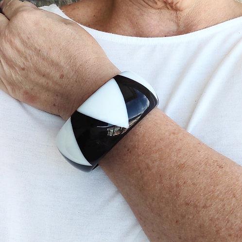 Bracelete de Resina Preto e Branco Geométrico