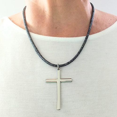 Colar em Fio Metalizado com Pingente Crucifixo