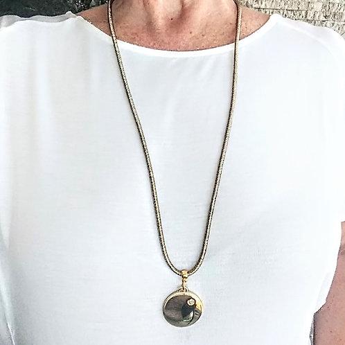 Colar Longo em Fio Metalizado Dourado com Pingente de Metal Redondo - Lauren