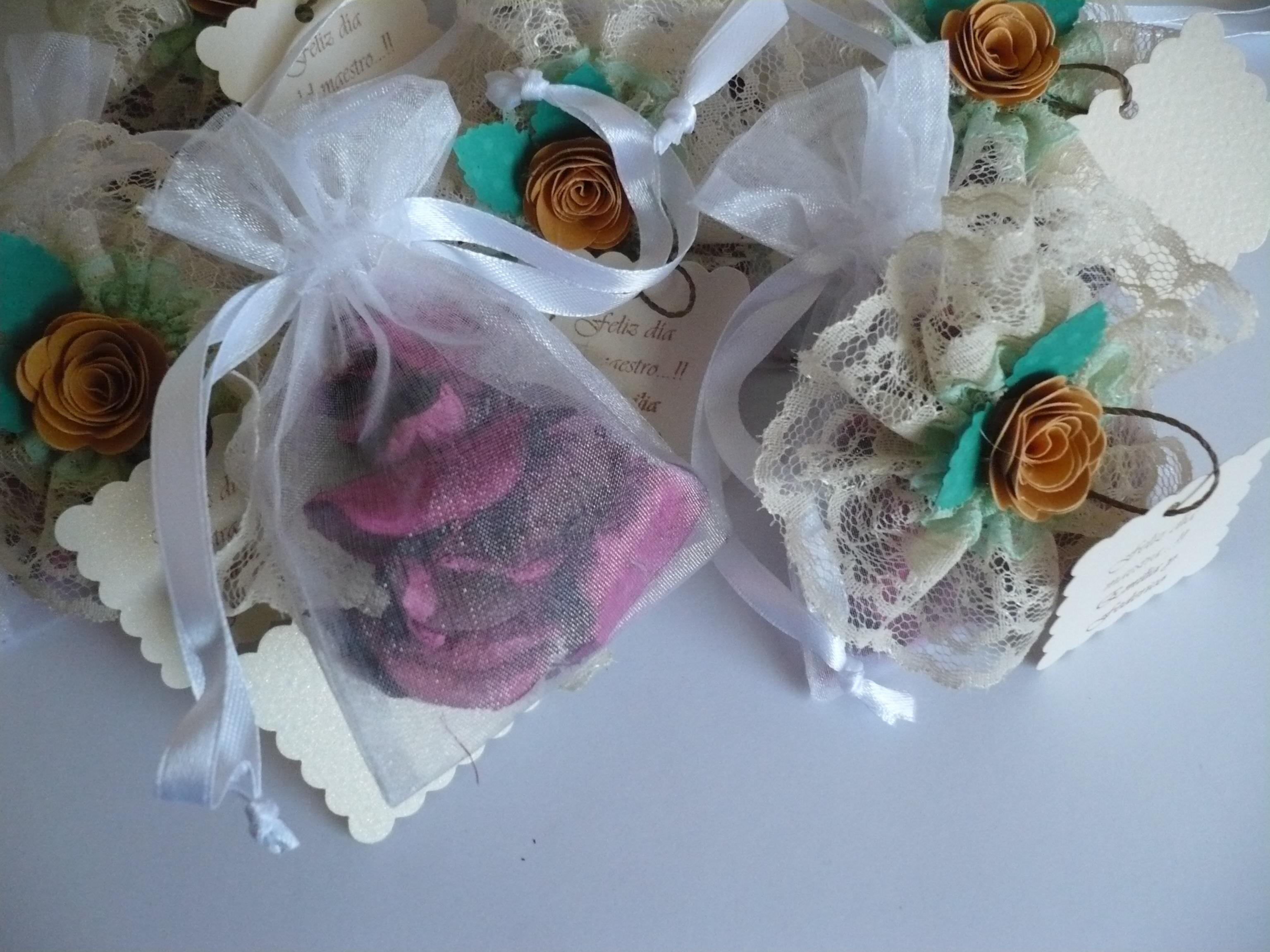 30 09 15 (foto 2) bolsitas de organza decoradas con puntillas y flor de papel realizada artesanalmen