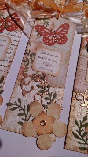 02_06_16_(foto_1)_apliques_de_mariposas_y_flores,_y_moño_en_cinta_de_organza_y_puntilla
