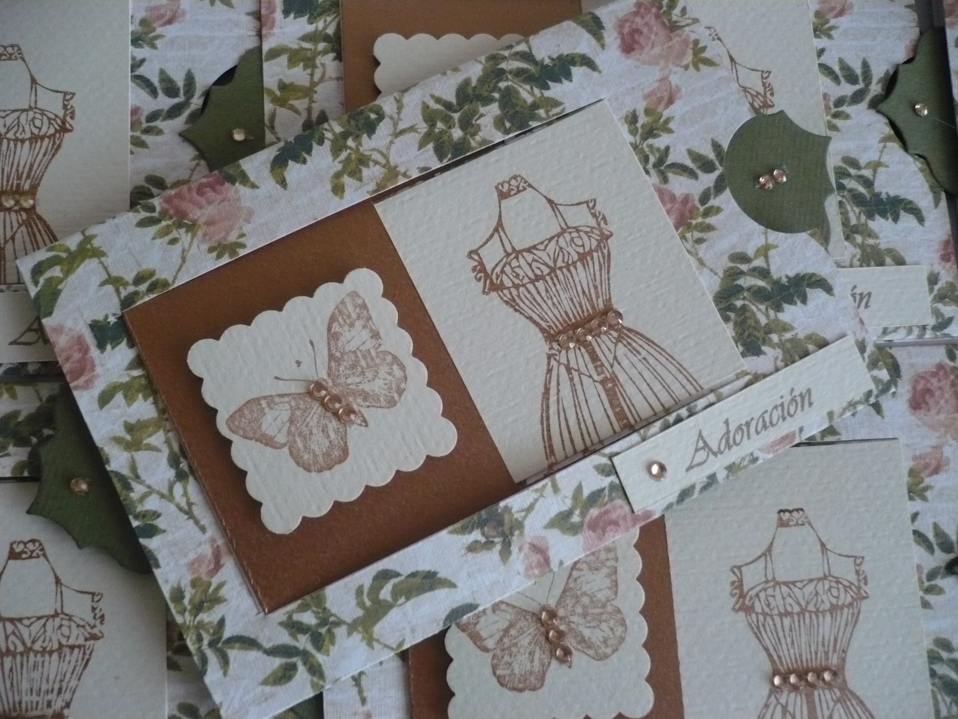 Adoración_(2)_Diseño_de_papel_estampado_vintage_con_aplique_de_sellos_y_strass