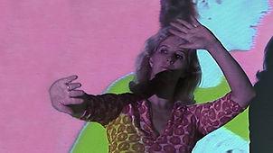 Portrait von Karin Leuenberger vor einem ihrer Videos.