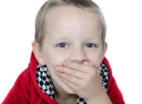 Mon fils bilingue de 5 ans a du mal à parler, comment faire?