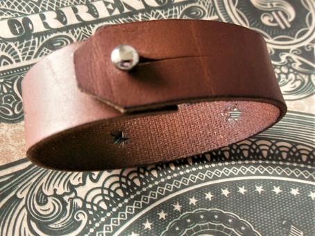 Le bracelet assorti aux bretelles