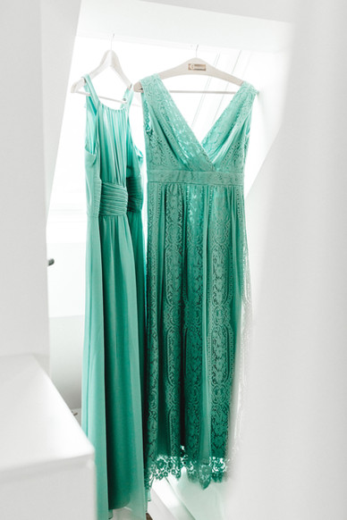bridesmaides-Kleider-getting-ready-braut-schöner-raum-heller-Boho-Hochzeit-Accessoires-hochzeitsfotografin